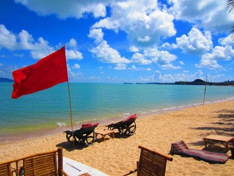 red-flag-on-the-beach